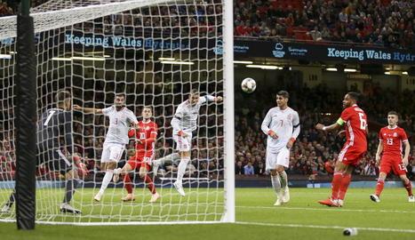 Paco Alcácer celebra un dels dos gols que va marcar ahir amb la selecció espanyola.