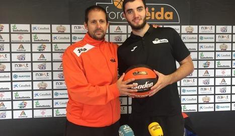 Jorge Serna i Nil Brià, durant la presentació del jugador.