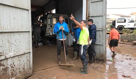 """Els equips de rescat de la Unitat Militar d'Emergències (UME) rastregen de """"forma minuciosa"""" les zones afectades per les riuades."""