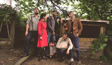 La banda bilbaïna Dr. Maha's Miracle Tonic ofereix en escena una fusió de música i teatre.