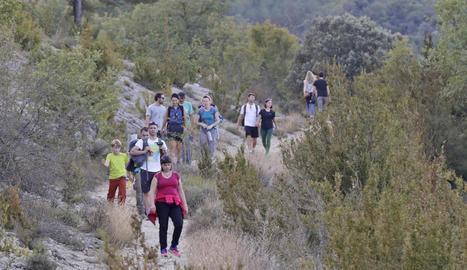 Senderistes ahir a la ruta del congost de Mont-rebei, on es practica també navegació.
