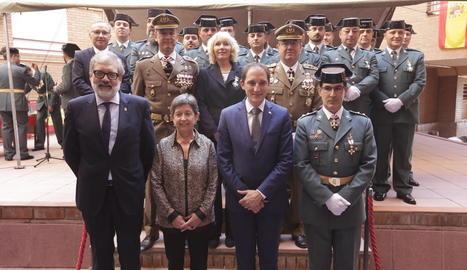 Foto de família de les autoritats i els agents que van rebre condecoracions.