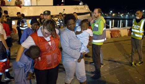 Arribada al port de Motril de migrants rescatats al mar d'Alborán dijous a la nit.