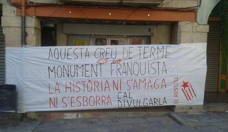 La pancarta que s'ha desplegat a la plaça Major de Tàrrega.