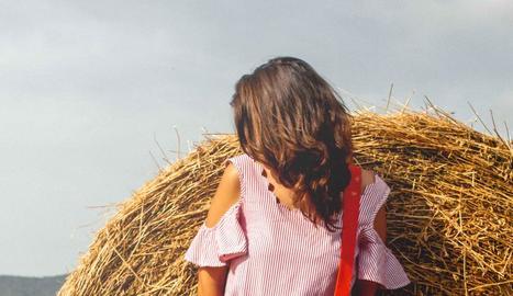 peramola. Una de les darreres creacions de l'Helena, en primer pla, i en segon, el poble de Peramola, on hi ha el seu taller.