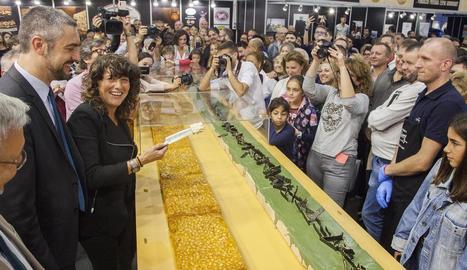 La consellera d'Agricultura, Teresa Jordà, va presidir el repartiment de les dos barres gegants de torró, de 250 kg cada una, de Torrons Vicens.