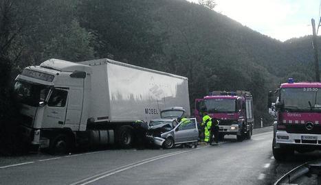 Imatge de l'estat dels dos vehicles després del sinistre, que va tenir lloc ahir al quilòmetre 126 de l'N-230.