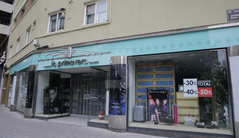 La botiga a la cantonada de Ronda amb Rovira Roure.
