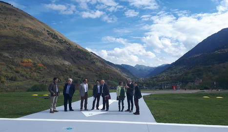 Isidre Gavín i Carlos Barrera, al centre, van visitar ahir les instal·lacions de l'heliport.
