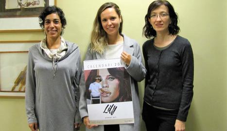 Mireia Serra 'Lily Brik', al centre, amb el calendari amb obres seues.