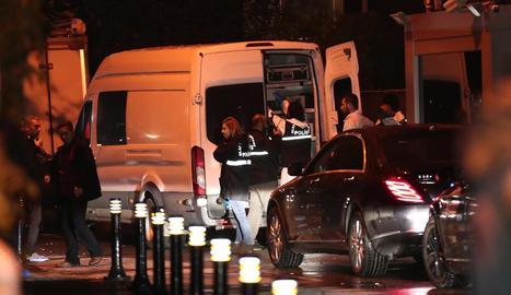 Policies forenses turcs treballaven amb un gos de rastreig i rescat a la residència del cònsol saudita.