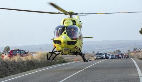 Moment en què l'helicòpter del SEM va evacuar el motorista ferit crític.