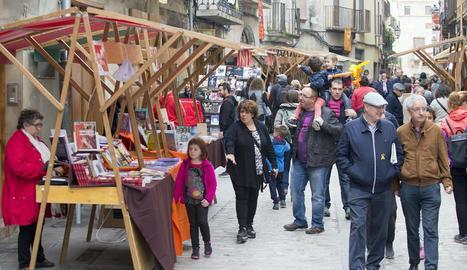 Nombrós públic va passejar ahir pel carrer Major de Cervera, atapeït de parades de llibres.