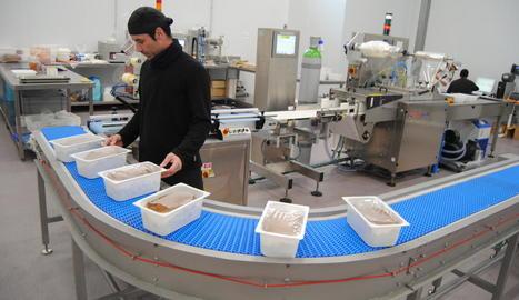 Un empleat de Teresa Carles empaqueta productes per als restaurants.