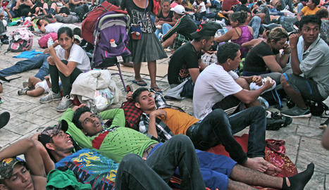 Migrants hondurenys descansant a Mèxic, dilluns.