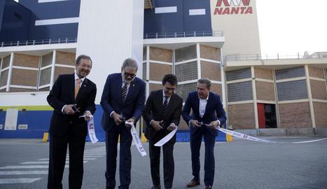 D'esquerra a dreta, Van Bonzel, Larrosa, Miranda i De Willdt tallen la cinta de la nova planta.