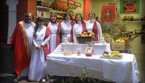 Alguns membres de l'associació, durant l'última edició del Mercat Romà d'Ilerda, vestits per a l'ocasió.