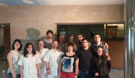 Foto de família d'alguns dels actors i l'equip de rodatge, a l'hospital Santa Maria de Lleida.