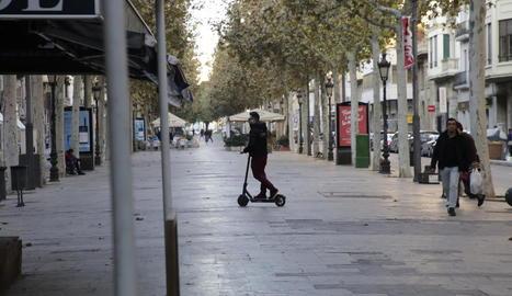 Un usuari de patinet elèctric, ahir a Lleida