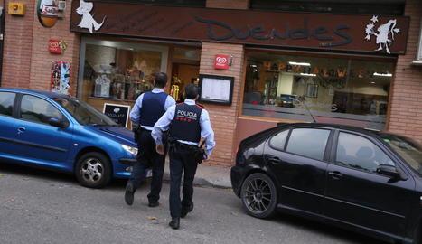 Una patrulla dels Mossos d'Esquadra entra ahir al bar on es va produir l'atracament.