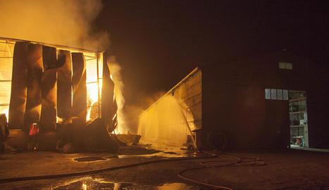 Vista del magatzem agrícola cremant divendres a la nit i de la nau contigua a Biosca.
