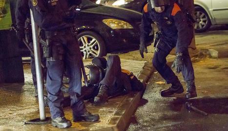Dos companys atenen l'agent dels Mossos que va resultar ferit a l'acabament del partit.