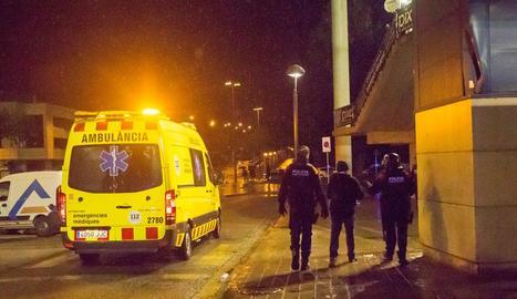 Una ambulància trasllada a l'Arnau, dissabte a la nit, un dels mossos que va ser agredit.