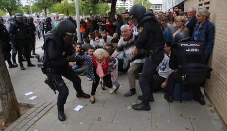 Imatge de les càrregues policials al col·legi electoral habilitat l'1-O al CAP de Cappont.
