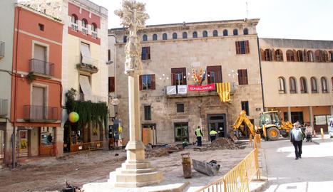 La creu de terme de Tàrrega a la plaça Major, ara en obres.