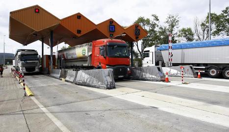 Els camions al peatge de les Borges al desviar-se de l'N-240.