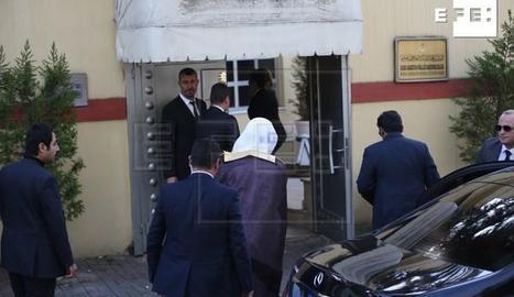 El fiscal general saudita, Saud al-Moyeb, arriba al consolat.