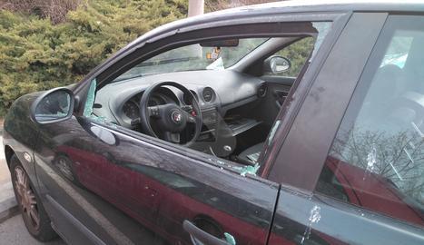 Imatge d'arxiu d'un robatori en un vehicle aparcat a l'avinguda Tarradellas de Lleida, al pàrquing de la passarel·la dels Camps Elisis.
