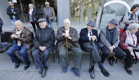 Foto de família dels cinc supervivents del bombardeig del Liceu que queden amb vida, i que ahir van protagonitzar el recordatori.