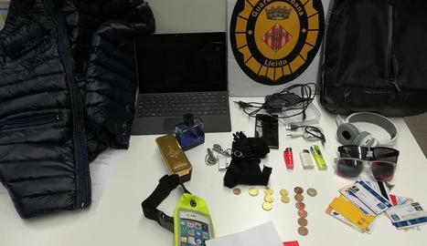 Vista del material intervingut a l'arrestat ahir per robar a l'interior de vehicles a Cappont.