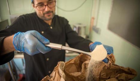 cacau i sucre. Quan aixafa el cacau a la temperatura i temps justos es desfà fins a aconseguir una textura homogènia.