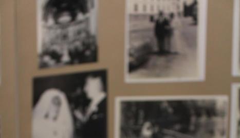 foto típica. Una de les fotos típiques dels àlbums de les bodes al Castell del Remei és aquesta amb una de les torres de fons.