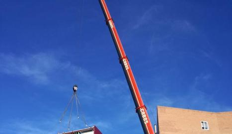 La gran grua, instal·lant ahir el mòdul prefabricat.