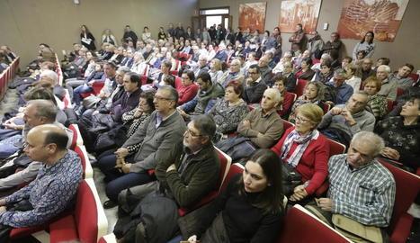 La sala es va quedar petita per a totes les persones que van voler participar en l'acte institucional.
