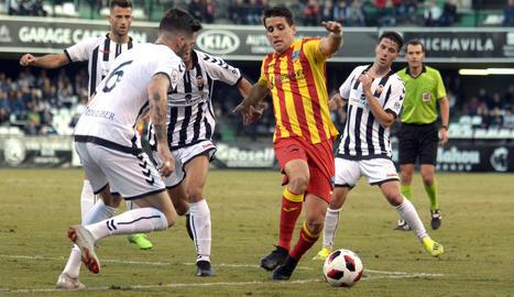 Juanto Ortuño controla la pilota pressionat per diversos futbolistes del Castelló, ahir durant el partit a Castalia.