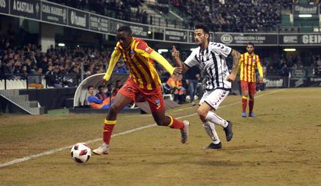 Alpha porta la pilota per la banda perseguit per un defensa del Castelló.