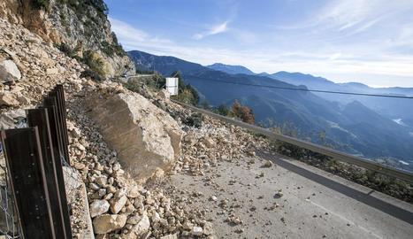 La carretera de Port del Comte continua tancada a les dos setmanes del despreniment.