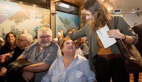 Erika Villaécija saluda els seus pares a l'acte del seu comiat.