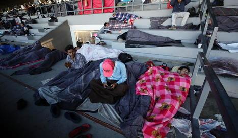 Diversos migrants descansen en un centre esportiu de Ciutat de Mèxic.