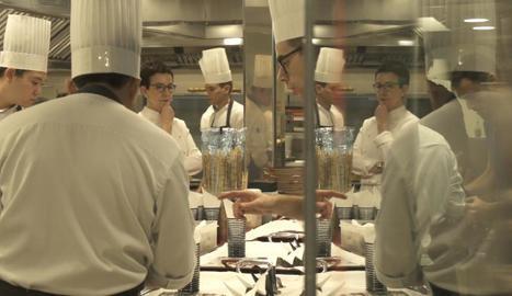 La cuinera Carme Ruscadella reflexiona enmig de la voràgine de la cuina del restaurant.