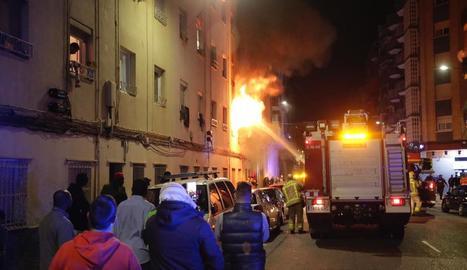Desallotjats per un espectacular incendi al carrer Cronista Muntaner de Cappont