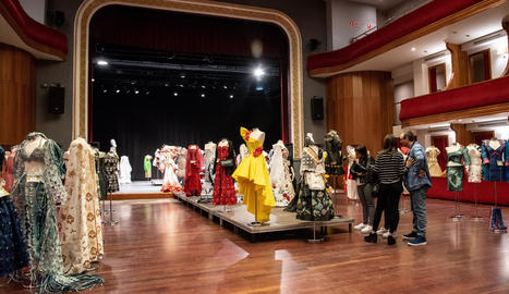 L'exposició, amb 500 vestits de paper, va tenir lloc al Teatre L'Amistat durant els dies 6 i 7 d'octubre.