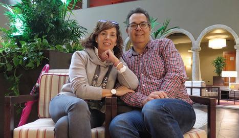 La Isabel Ramírez i el seu marit, Miquel Latorre, al lluminós 'hall' del Parador de la Seu.