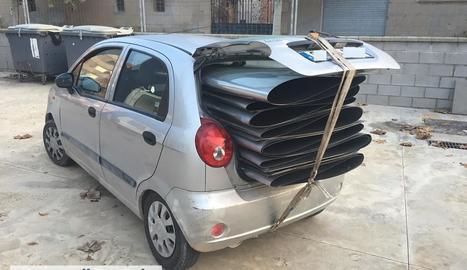 Els Mossos van sorprendre el suposat lladre amb el cotxe carregat de planxes d'acer inoxidable.