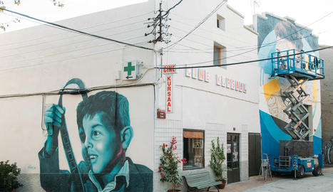 Desenes d'aficionats ja es van immortalitzar ahir davant el mural situat al número 3 del carrer Gran de Penelles.