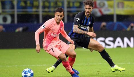 Coutinho porta la pilota davant de la marca de Vrsaljko.